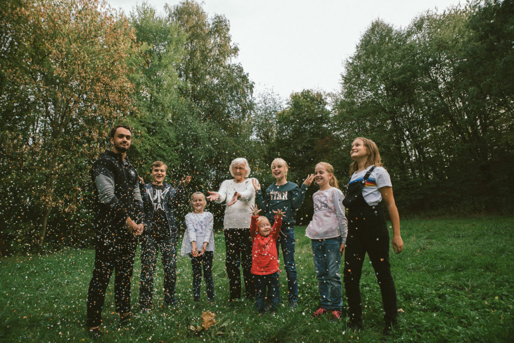 Family,Grandma,Oma,Kids,Generationen,Konfetti,Fun FotografWitten Familyshooting NRW Portraitfotografie